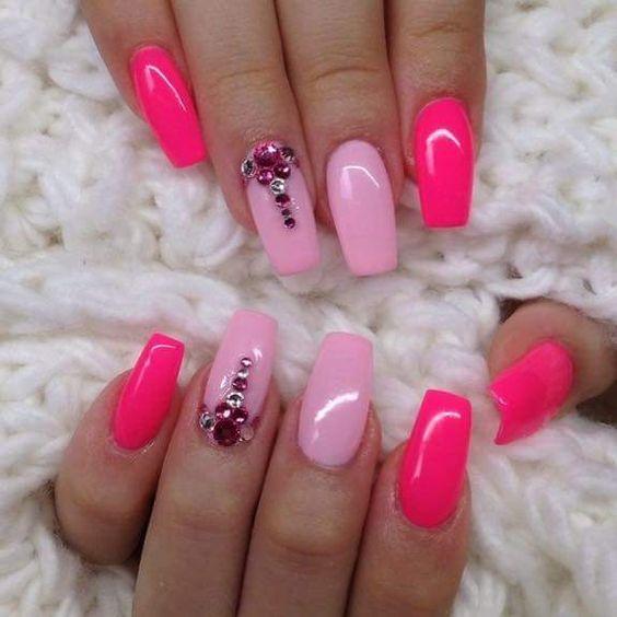 Дизайн ногтей розового цвета со стразами