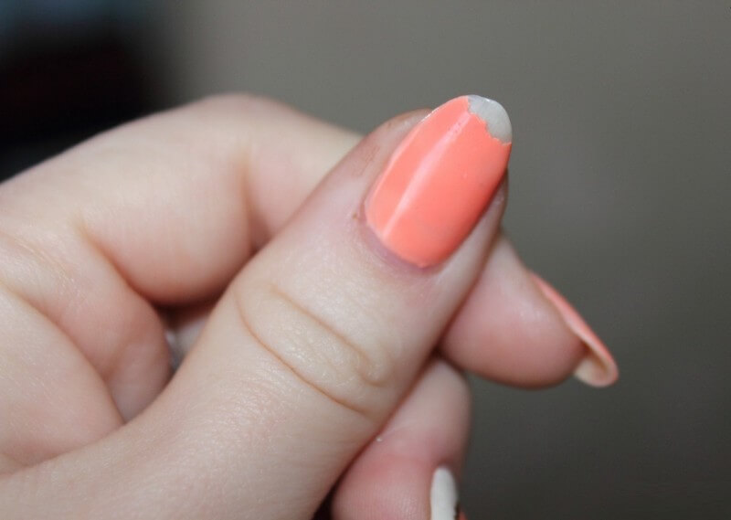 Почему гель-лак отслаивается на кончиках ногтей на второй день