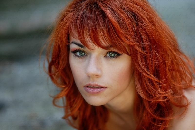 porno-aktrisa-s-rizhimi-volosami