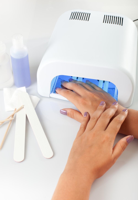 Почему когда сушишь гель под лампой щиплет ногти