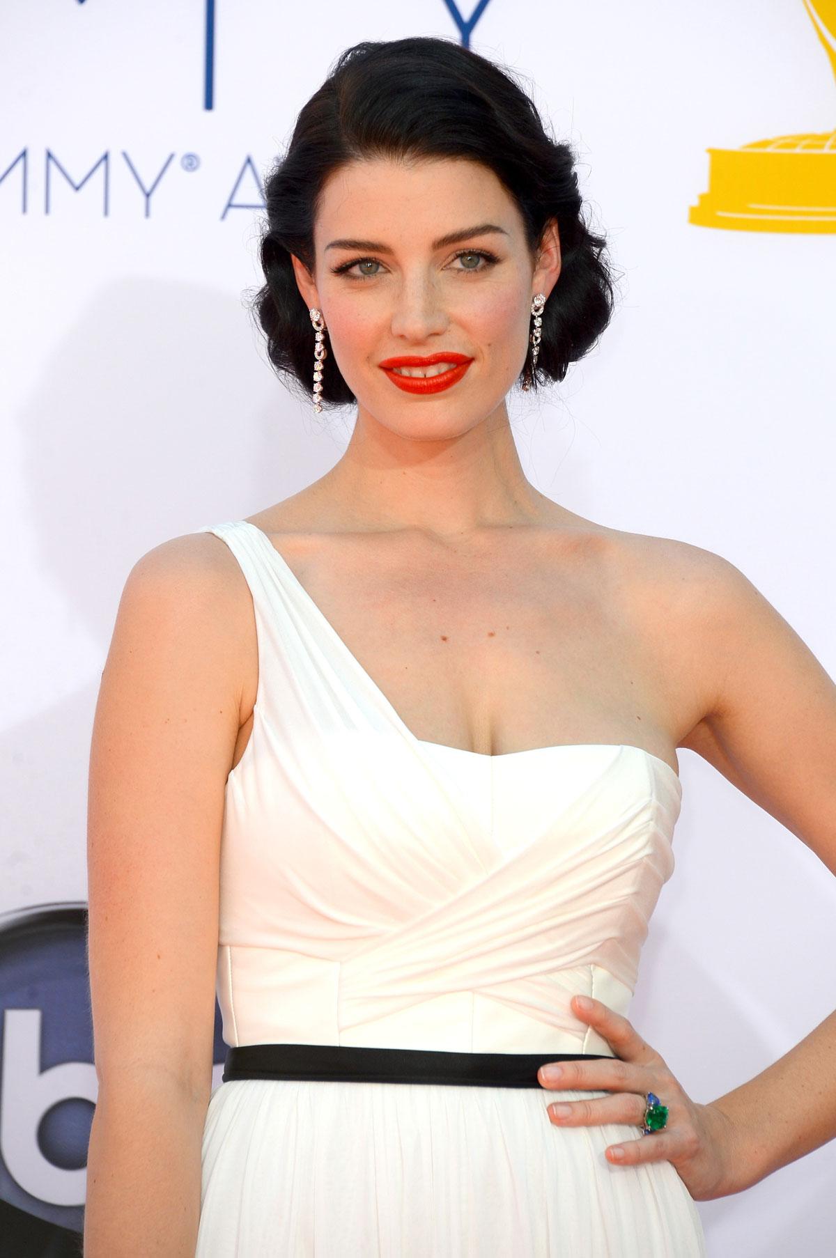 Прическа под белое платье фото