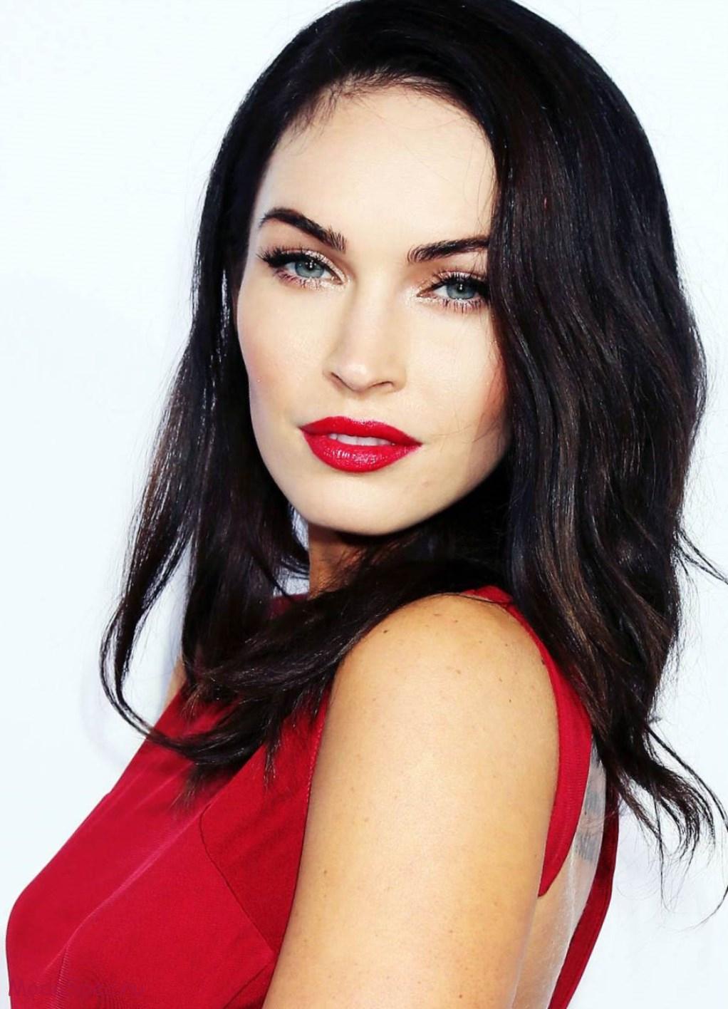 128da8b382ad720 Не все женщины предпочитают помаду при накладывании макияжа. Под красное  платье они могут выбрать блеск для губ. Его оттенок может быть розовым, ...