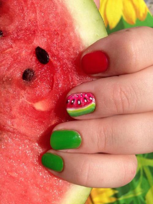 Арбузные дольки на ногтях