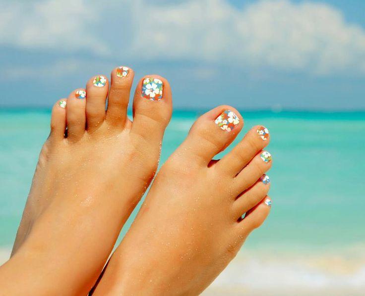 Морской педикюр на ногах
