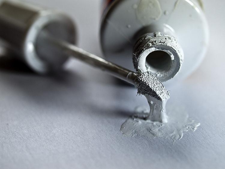 Как удалить пятно от замазки штриха на одежде фото