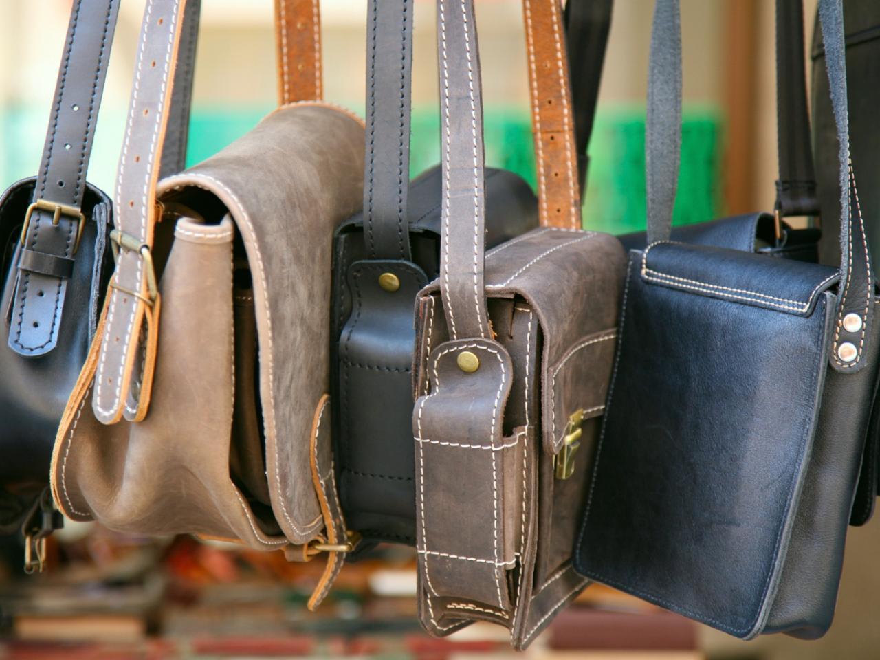 0d4a08ee8eab Для того, чтобы не пришлось часто стирать внутреннюю подкладку в сумке,  нужно принимать профилактические меры, которые будут препятствовать  образованию ...