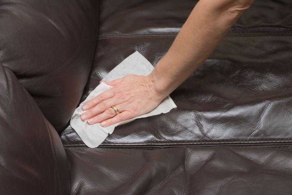 Как почистить кожу? Как чистить кожаные штаны и юбки, можно ли стирать обувь в стиральной машине, чем удалять грязные пятна с материала в домашних условиях