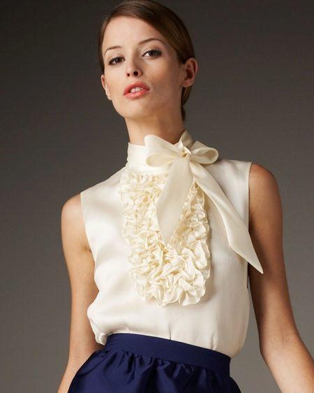 Белая блузка атласная