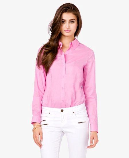 700352a52e6 Еще один пример удачного сочетания розового с белым – летний повседневный  лук. Мини-юбка и кеды белого цвета придают образу свежести и обеспечивают  комфорт.