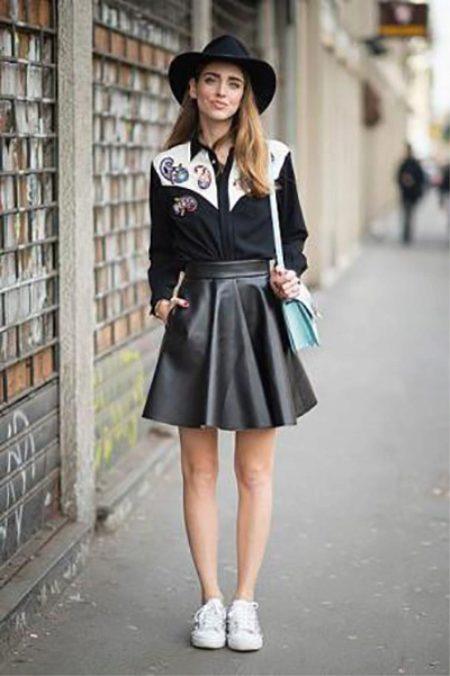 Джинсовая юбка с белыми кедами