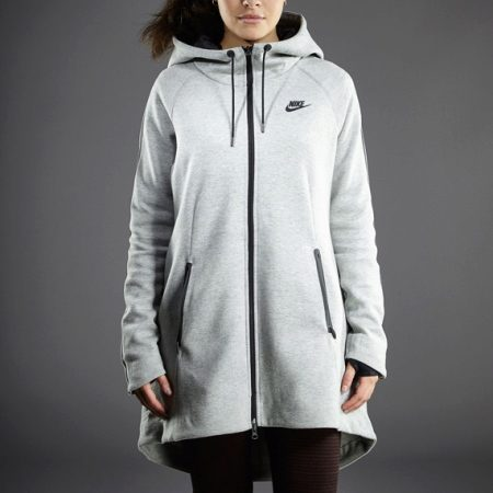 e2d1bc06 Из зимней коллекции женских курток от Nike можно выделить модель Tech  Fleece Aeroloft. Утеплитель из гусиного пуха обеспечивает максимальную  защиту от ...