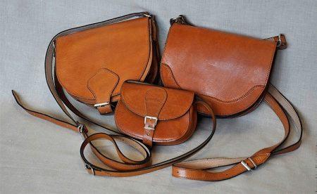 48bebf10ab7d Кожаная сумка ручной работы – это хорошее вложение денег. Она прослужит вам  не один год, радуя своим оригинальным внешним видом. Из кожи шьют как  большие ...