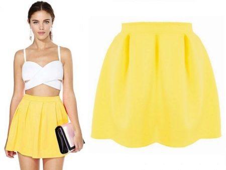 88b1979f4974 Mladé dievčatá majú ako nafúkané a plisované krátke žlté sukne. Na štíhle a  elegantné postavy
