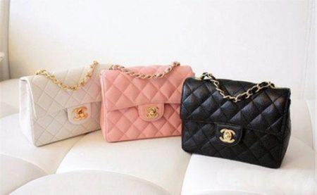 Матовая кожа в таком исполнении выглядит необычно, но вполне в стиле Шанель.  Большинство сумок такого фасона отличаются пастельными неброскими цветами,  ... bcfe6c42b46