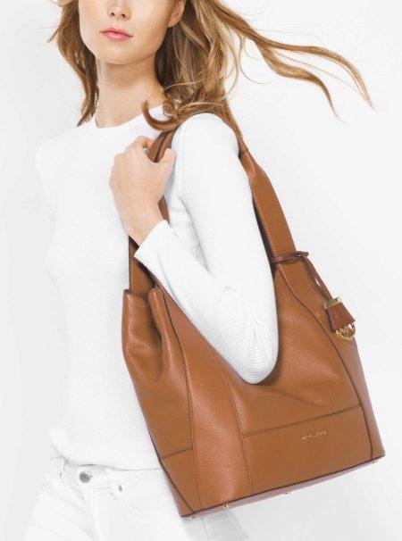 0735567a663f Также почти ко всем сумкам дизайнера прилагается длинный тонкий ремешок.  Это позволяет носить сумку в руке или на плече в зависимости от настроения.