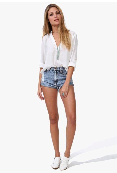 825e64d8765 Белая рубашка подойдёт абсолютно к любым шортам: джинсовым, пастельных  цветов, чёрно-белых. Останется добавить лишь ремешок, чтобы образ стал  законченным.