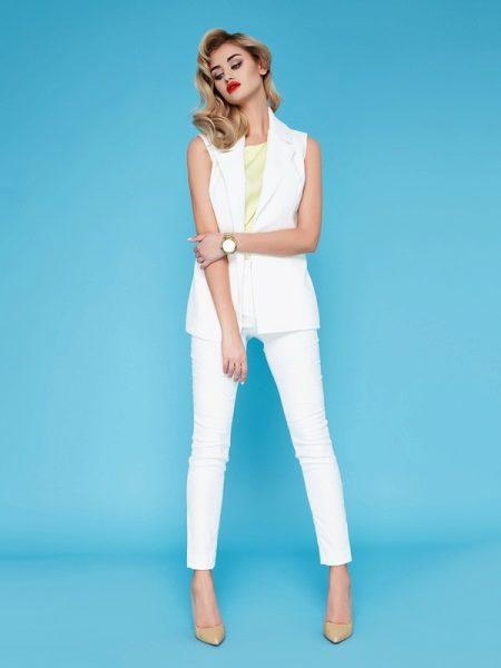 eaa8f361478 Белые штаны и белая рубашка вместе выглядят монотонно. Оживить комплект  помогут жакет и аксессуары.