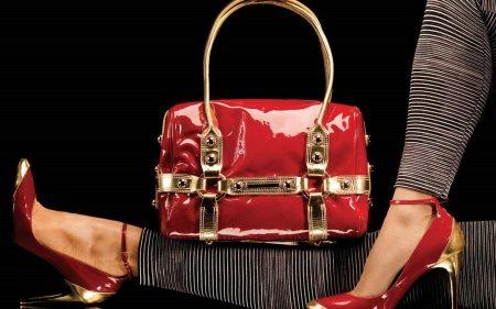 4f4914cdcb84 Теперь любая деталь, совпадающая по цвету или фактуре с сумкой может  сделать образ гармоничным. Причем это может быть не только деталь  гардероба, ...