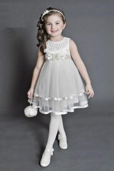 fd193e99eac Белоснежное платье с пышной юбкой из струящихся тканей превратит маленькую  девочку в очаровательную фею. Длинные волосы украшаются лентами и заколками.