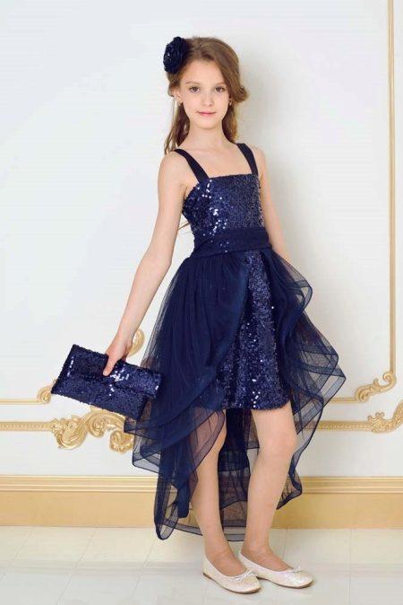 d11ba5e16ed8cd2 Платье полностью сделано из пайеток и сверху обрамлено тремя слоями темно- синего шифона. В руках у выпускницы клатч, также полностью украшенный темно-синими  ...
