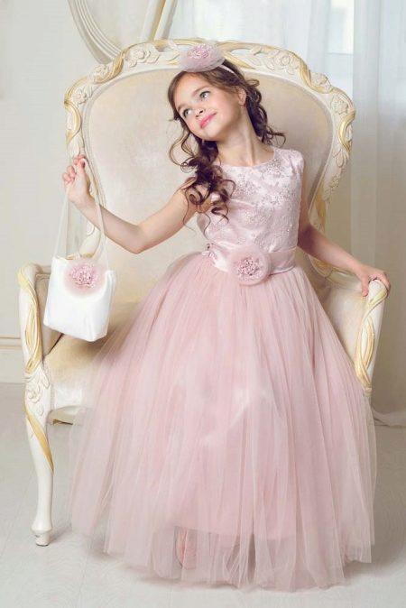 adbdd04a4e0c Длинное вечернее платье А-силуэта нежного персикового цвета. В платье  минимум декора, только оранжевый пояс с большим цветком. Распущенные локоны  девочки ...