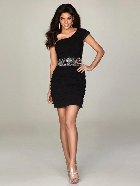 62e71b90ddba795 Черное атласное платье с бежевым кружевным узором выглядит очень изысканно.  Удачно расположенный рисунок делает акцент на груди и подоле платья, ...