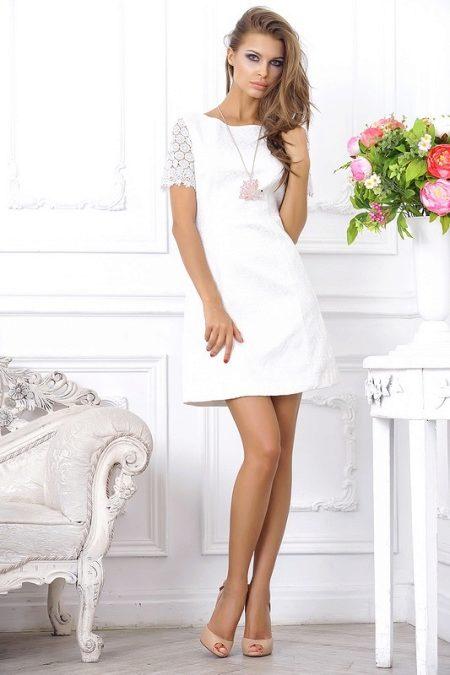 73a1ce272943b55 ... избрали своеобразный эталон – белое короткое платье с вырезом, без  рукавов или с одним рукавом. Фасону коктейльного платья присуща  элегантность, ...