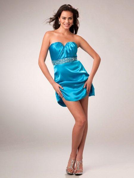 3456e2d2c33d29e Голубое платье с поясом, украшенным стразами, подойдет для молодых девушек,  ведь сам цвет символизирует необыкновенную свежесть и юность.