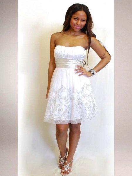 93e201b9d62be7e Белое платье-бюстье с вышивкой – вариант для романтичных юных девушек. Этот  образ подойдет для выпускного бала, а завершением ему станут босоножки, ...