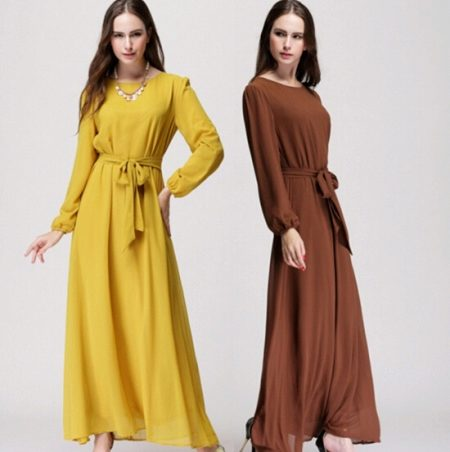 Další slavnostní model je hedvábné šaty na podlaze s dlouhými rukávy -  lucerny. Límec těchto šatů zcela pokrývá hruď 5f6e529281