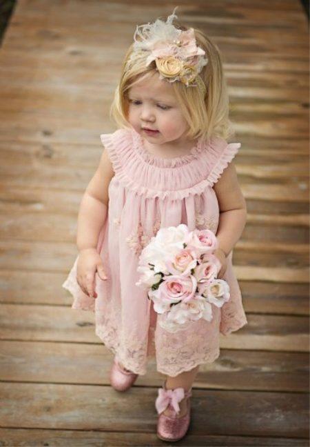 a7bd7ef9411 Торжественное платье с многослойной фатиновой юбкой и атласным верхом –  мечта любой маленькой принцессы. Основной белый цвет оттеняет нежно  кремовый пояс.