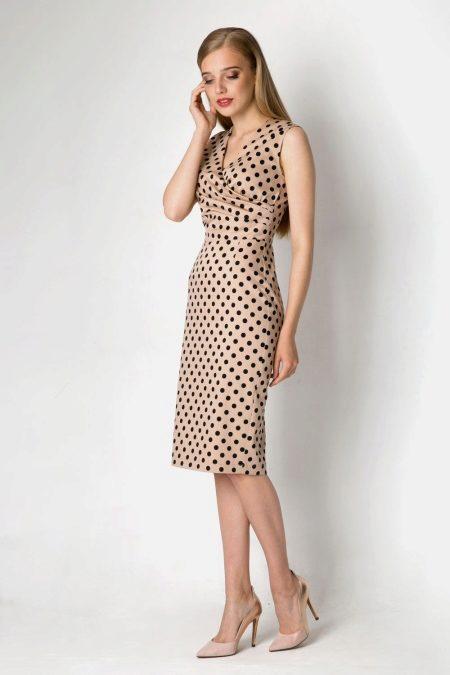 a15a69eabc7 Черное платье в белый горошек – это классика. Такая модель привлекает  внимание эффектным внешним видом