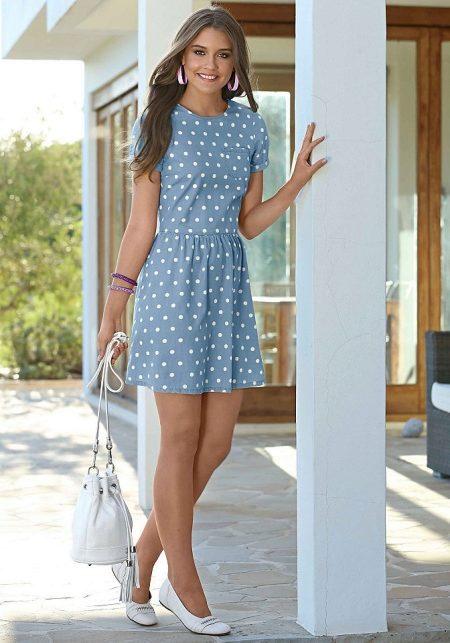 590499cd427a638 Легкий и нежный аутфит создает комбинация голубого платья в горошек с  белыми балетками. Белоснежная сумочка гармонично дополняет лук.
