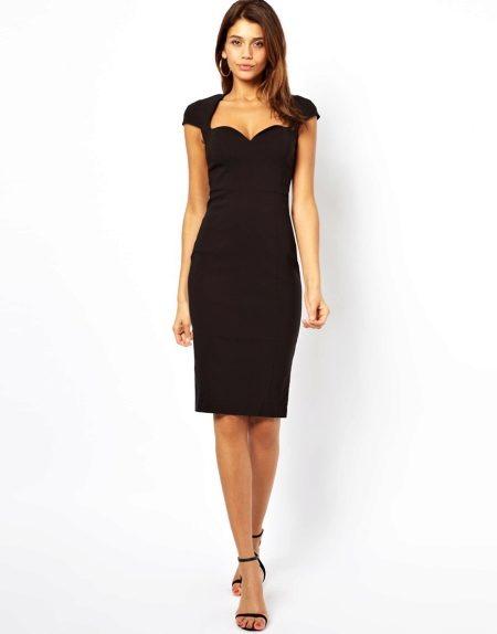Черное короткое платье с вырезами