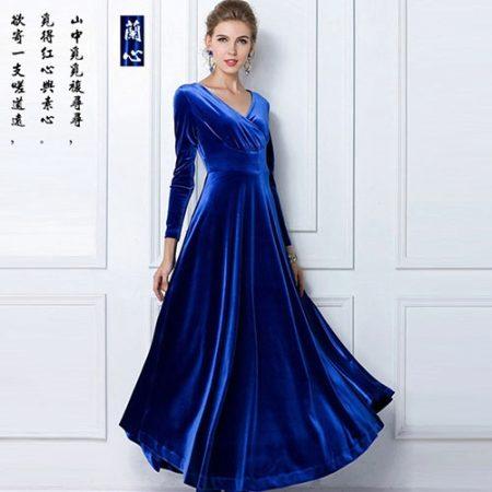 036c59417e03298 Бархатные ткани отлично подходят для зимнего варианта вечернего платья.  Платья из синего бархата роскошны, помпезны и изящны. Фасон бархатного  платья ...