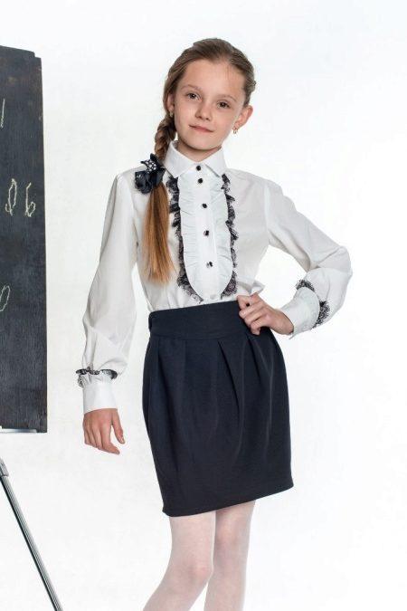 Девушка в чёрной школьной юбке