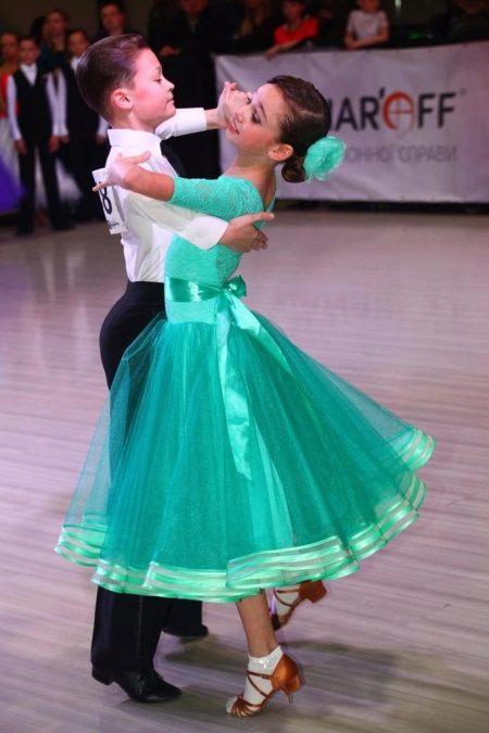 26af2f340df Для танцев в стиле латино подойдет броское блестящее платье. Несмотря на  то