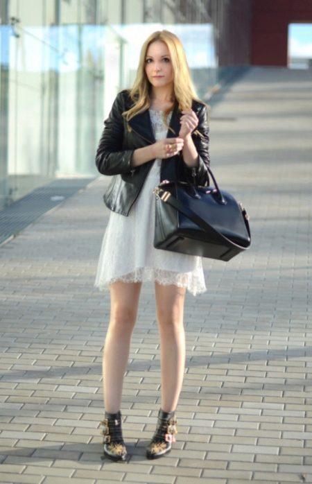 Белое платье с черной курткой