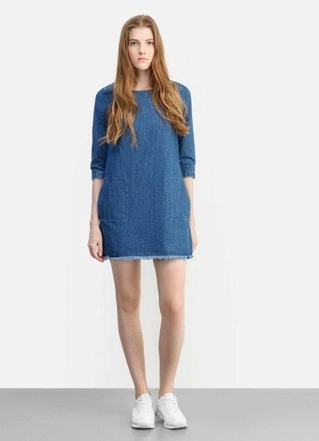 1364b63ac38 Темно-синее джинсовое платье-рубашка приталенного силуэта длины до колена  удачно впишется в любой образ.