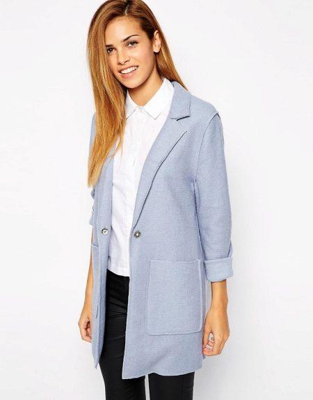 Бежевое платье идеально сочетается с легким белым пальто без пуговиц. Пальто  своим внешним видом больше напоминает накидку или удлиненный пиджак. 62909c93a3b13