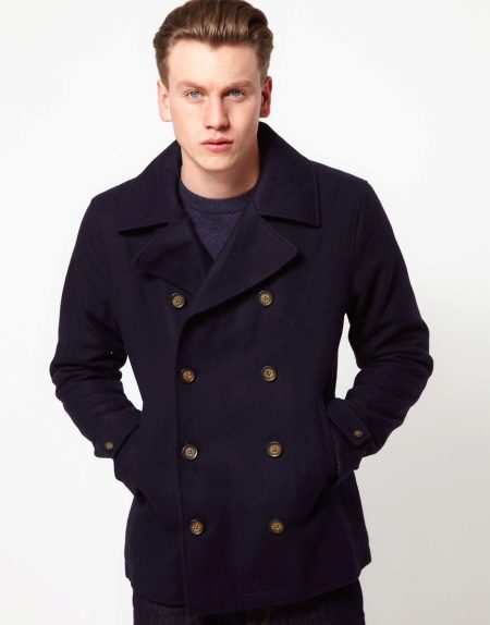 Он представляет собой двубортное пальто с широкими и резкими лацканами. В  классическом варианте пуговицы должны быть металлическими, но сейчас их  любят ... fbcea5dfdb6