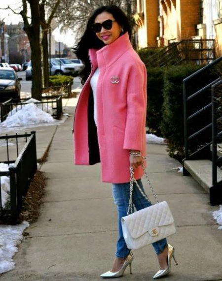 b6f79ce9e1b5 Двубортное пальто молочного цвета с воротником-стойкой имеет единственное  украшение – большие чёрные пуговицы. Пальто приталено и образует изящные ...