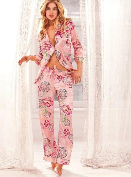 a94fd6a8ccb58 Изысканная шелковая пижама с цветочным принтом – воплощение чувственности и  женственности. Удивительное сочетание удобства и красоты.