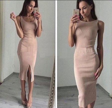 Бежевое платье на лямках