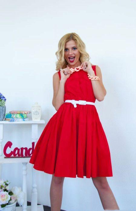 Платье с пышной юбкой красного цвета