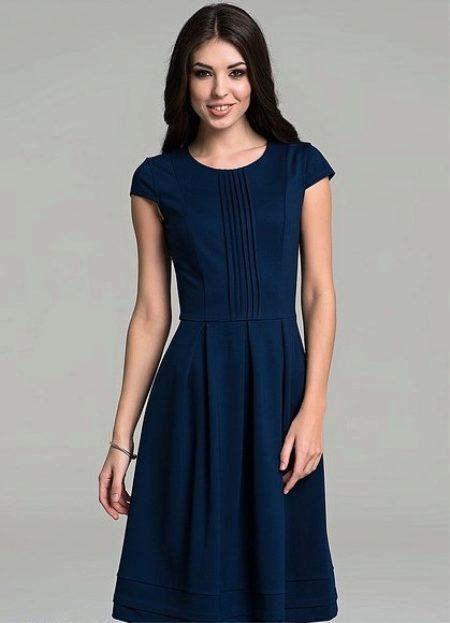 5dafe6cfe5b Синее платье с коротким рукавом. Вертикальная строчка на лифе напоминает  легкое гофре. В последнее время модели с плиссе отделкой считаются трендами  года.