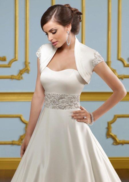 a6f471f1215 Сочетание мехового болеро с пышным платьем – удачный выбор для зимней  свадьбы. Цветы