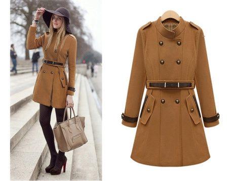 0e8aec81f1 A Zara Basic kabátok középkategóriás bevonatok, kapukkal vagy anélkül. A  modelleket széles pánttal és terjedelmes zsebek egészítik ki.