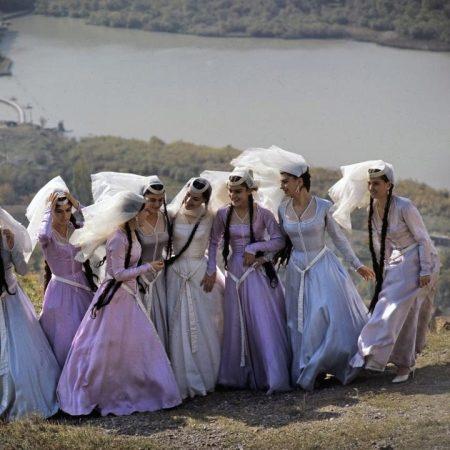 Традиционный грузинский костюм выглядит строго, но в то же время  привлекательно, под стать самих жителей этой суровой горной страны. Сейчас  национальный ... 3e1731530c8