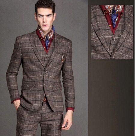 9a4a9397e91 Светло-коричневый твидовый костюм в сочетании с бордовой рубашкой и цветным  платком представляют ретро-стиль. Приталенный пиджак показывает стройную  фигуру ...